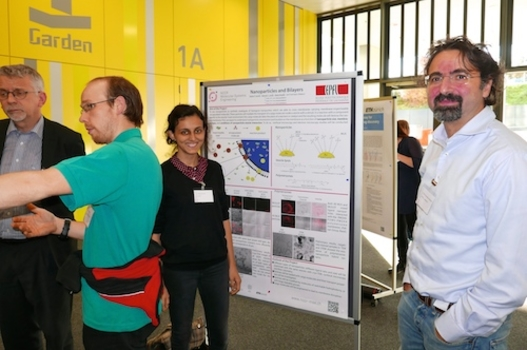 Francesco Stellacci (right) is one of the project-leaders of the NCCR Molecular Systems Engineering: Here with his PhD-student Pelin Guven and her scientific poster.
