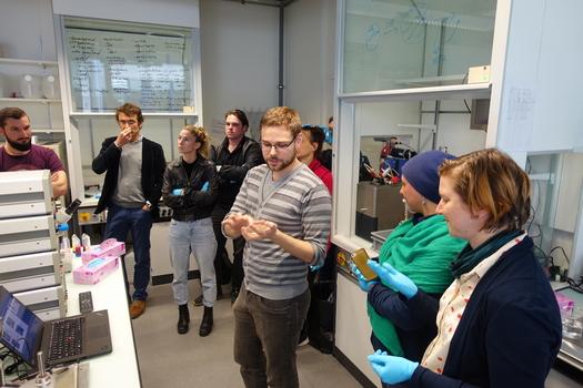 Studierende der Zürcher Hochschule der Künste (ZHdK) besuchen die Forschungslabore des NCCR Molecular Systems Engineering in Basel.